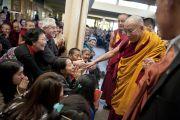Его Святейшество Далай-лама приветствует своих последователей по завершению учений в главном тибетском храме. Дхарамсала, Индия. 23 октября 2011. Фото: Тензин Чойджор (Офис ЕСДЛ)