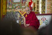 Его Святейшество Далай-лама отвечает на вопросы присутствующих после учений в главном тибетском храме. Дхарамсала, Индия. 23 октября 2011. Фото: Тензин Чойджор (Офис ЕСДЛ)