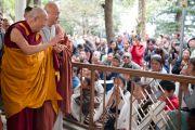 Его Святейшество Далай-лама приветствует своих последователей перед началом учений в главном буддийском храме. Дхарамсала, Индия. 23 октября 2011. Фото: Тензин Чойджор (Офис ЕСДЛ)