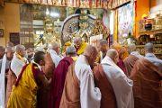Во время учений в главном тибетском храме, дарованных Его Святейшеством Далай-ламой по просьбе группы буддистов из Кореи. Дхарамсала, Индия. 23 октября 2011. Фото: Тензин Чойджор (Офис ЕСДЛ)