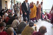Его Святейшество Далай-лама приветствует своих последователей перед началом учений в главном тибетском храме. Дхарамсала, Индия. 23 октября 2011. Фото: Тензин Чойджор (Офис ЕСДЛ)