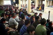 Сотни человек собрались послушать учения Его Святейшества Далай-ламы. Дхарамсала, Индия. 23 октября 2011. Фото: Тензин Чойджор (Офис ЕСДЛ)