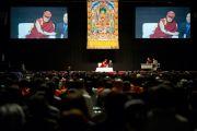 Местом проведения лекции Его Святейшества Далай-ламы стала Маисима Арена, современный комплекс, способный вместить до 7000 зрителей. Осака, Япония. 30 октября 2011. Фото: Тензин Чойджор (Офис ЕСДЛ)