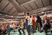 В середине зала выстроилась длинная очередь из людей, желающих задать вопросы Его Святейшеству Далай-ламе по окончании лекции. Осака, Япония. 30 октября 2011. Фото: Тензин Чойджор (Офис ЕСДЛ)