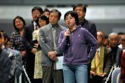 Молодой человек задает вопрос Его Святейшеству Далай-ламе по окончании лекции. Осака, Япония. 30 октября 2011. Фото: Тензин Чойджор (Офис ЕСДЛ)