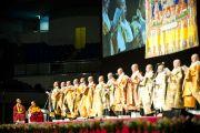 Монахи из Коясана читают молитву перед началом дневной сессии публичной лекции Его Святейшества Далай-ламы. Осака, Япония. 30 октября 2011. Фото: Тензин Чойджор (Офис ЕСДЛ)