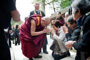 Его Святейшество Далай-лама здоровается со своими последователями у храма Конгобудзи. Коясан, Япония. 31 октября 2011. Фото: Тензин Чойджор (Офис ЕСДЛ)