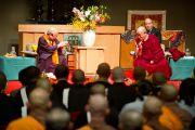Его Святейшество Далай-лама и достопочтенный Юкей Мацунага в лекционном зале в храме Конгобудзи. Коясан, Япония. 31 октября 2011. Фото: Тензин Чойджор (Офис ЕСДЛ)