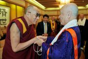Достопочтенный Юкей Мацунага, глава сингонского храма, приветствует Его Святейшество Далай-ламу. Коясан, Япония. 31 октября 2011. Фото: Тензин Чойджор (Офис ЕСДЛ)