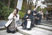 На всем пути следования к храму Конгобудзи Его Святейшество приветствовали его последователи из числа мирян. Коясан, Япония. 31 октября 2011. Фото: Тензин Чойджор (Офис ЕСДЛ)