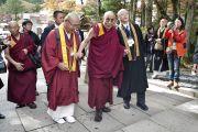 Его Святейшество Далай-лама направляется к храму Конгобудзи. Коясан, Япония. 31 октября 2011. Фото: Тензин Чойджор (Офис ЕСДЛ)