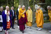 Молодые монахи приветствуют Его Святейшество Далай-ламу у мавзолея Кобо Дайси. Коясан, Япония. 1 ноября 2011. Фото: Тензин Чойджор (Офис ЕСДЛ)