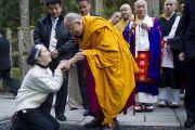 Его Святейшество Далай-лама благословляет свою последовательницу, покидая Окуно-ин. Коясан, Япония. 1 ноября 2011. Фото: Тензин Чойджор (Офис ЕСДЛ)