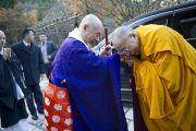 Достопочтенный Юкей Мацунага, глава сингонского храма, приветствует Его Святейшество Далай-ламу в Окуно-ин. Коясан, Япония. 1 ноября 2011. Фото: Тензин Чойджор (Офис ЕСДЛ)