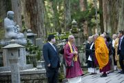 Его Святейшество Далай-лама внимательно рассматривает надгробья и статуи, расположенные вдоль дорожки, ведущей к мавзолею Кобо Дайси. Коясан, Япония. 1 ноября 2011. Фото: Тензин Чойджор (Офис ЕСДЛ)