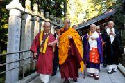 Его Святейшество Далай-лама направляется к мавзолею Кобо Дайси. На столбиках вдоль дорожки написаны тексты молитв. Коясан, Япония. 1 ноября 2011. Фото: Кимимаса Маяма