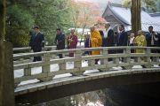 Его Святейшество Далай-лама и сопровождающие направляются к мавзолею основателя школы буддизма сингон. Коясан, Япония. 1 ноября 2011. Фото: Тензин Чойджор (Офис ЕСДЛ)