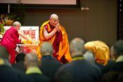 Его Святейшество Далай-лама привествует собравшихся перед началом учений. Коясан, Япония. 1 ноября 2011. Фото: Тензин Чойджор (Офис ЕСДЛ)