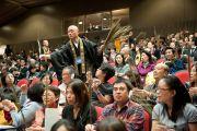 Во время подготовки к посвящению Ваджрадхату присутствующим раздают траву куша. Коясан, Япония. 1 ноября 2011. Фото: Тензин Чойджор (Офис ЕСДЛ)