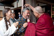 Его Святейшество Далай-лама привествует своих последователей в начале второго дня учений. Коясан, Япония. 2 ноября 2011. Фото: Тензин Чойджор (Офис ЕСДЛ)