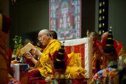Его Святейшество Далай-лама читает текст посвящения. Коясан, Япония. 2 ноября 2011. Фото: Тензин Чойджор (Офис ЕСДЛ)