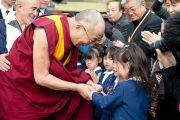 Его Святейшество Далай-лама здоровается с детьми, пережившими цунами в марте этого года. Исиномаки, Япония. 5 ноября 2011. Фото: Тензин Чойджор (Офис ЕСДЛ)