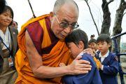 Его Святейшество Далай-лама утешает мальчика, чьи родители погибли во время цунами в марте этого года. Исиномаки, Япония. 5 ноября 2011. Фото: Кимимаса Маяма