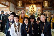 Его Святейшество Далай-лама позирует для групповой фотографии с детьми, подарившими ему цветы в храме Сайкодзи. Исиномаки, Япония. 5 нояря 2011. Фото: Тензин Чойджор (Офис ЕСДЛ)