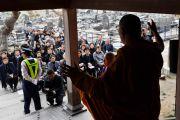 Его Святейшество Далай-лама обращается с речью к собравшимся вокруг храма Сайкодзи. Исиномаки, Япония. 5 нояря 2011. Фото: Кимимаса Маяма