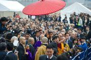 Его Святейшество Далай-лама осматривает разрушения, причиненные цунами 11 марта этого года. Исиномаки, Япония. 5 ноября 2011. Фото: Тензин Чойджор (Офис ЕСДЛ)