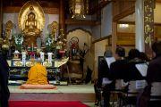 Его Святейшество Далай-лама молится о погибших во время разрушительного цунами в храме Сайкодзи в Исиномаки, Япония. 5 нояря 2011. Фото: Тензин Чойджор (Офис ЕСДЛ)