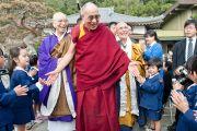 Его Святейшество Далай-лама приветствует детей, переживших цунами в марте этого года. Исиномаки, Япония. 5 нояря 2011. Фото: Тензин Чойджор (Офис ЕСДЛ)