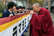 Ученики буддийской школы Сейва Гакуен приветствуют Его Святейшество Далай-ламу. Сендай, Япония. 6 ноября 2011. Фото: Кимимаса Маяма