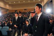 Ученики буддийской школы Сейва Гакуенвыстроились в очередь к микрофону, чтобы задать вопросы Его Святейшеству Далай-ламе.  Сендай, Япония. 6 ноября 2011. Фото: Кимимаса Маяма