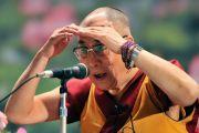Его Святейшество Далай-лама слушает вопрос из зала после лекции в университете Нихон. Корияма, Япония. 6 ноября 2011. Фото: Кимимаса Маяма