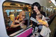 Его Святейшество Далай-лама в скоростном поезде перед отправлением в Токио. Корияма, Япония. 6 ноября 2011. Фото: Кимимаса Маяма