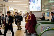 Его Святейшество Далай-лама торопится на скоростной поезд в Токио. Корияма, Япония. 6 ноября 2011. Фото: Тензин Чойджор (Офис ЕСДЛ)