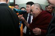 Его Святейшество Далай-лама в аэропорту Улан-Батора, Монголия. 8 ноября 2011. Фото: Игорь Янчоглов