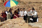 Его Святейшество Далай-лама посетил археологические раскопки на месте древнего буддийского сооружения в Амбаран Акхнур. Джамму и Кашмир, Индия. 16 ноября 2011. Фото: Теизин Такла (Офис ЕСДЛ)