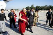 Главный министра штата Омар Абдулла встречает Его Святейшество Далай-ламу в аэропорту Джамму. Джамму и Кашмир, Индия. 16 ноября 2011. Фото: Тензин Такла (Офис ЕСДЛ)