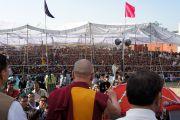 Его Святейшество Далай-лама выступает перед аудиторией в 15 тысяч человек. Акхнур, Индия. 16 ноября 2011. Фото: Тензин Такла (Офис ЕСДЛ)