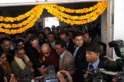 Его Святейшество Далай-лама на торжественном открытии фото-выставки Виджая Кранти в Кала Кендра. Дажмму, Индия. 16 ноября 2011. Фото: Тензин Такла (Офис ЕСДЛ)
