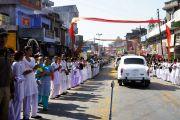 Жители приветствуют кортеж Его Святейшества Далай-ламы на въезде в Акхнур. Джамму и Кашмир, Индия. 16 ноября 2011. Фото: Тензин Такла (Офис ЕСДЛ)