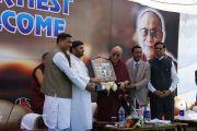 Руководители штата Джамму и Кашмир преподнесли Его Святейшеству Далай-ламе памятный подарок. Акхнур, Индия. 16 ноября 2011. Фото: Тензин Такла (Офис ЕСДЛ)