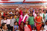 """Его Святейшество Далай-лама на торжественном открытии интерната для социально-неблагополучных детей, созданного благотворительной организацией """"Тонг-лен Траст"""" при финансовой поддержке Доверительного фонда Далай-ламы. Дхарамсала, Индия. 19 ноября 2011. Фото: Abhishek Madhukar"""