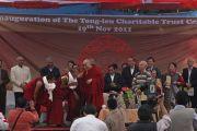 """Его Святейшество Далай-лама на торжественном открытии интерната для социально-неблагополучных детей, созданного благотворительной организацией """"Тонг-лен Траст"""" при финансовой поддержке Доверительного фонда Далай-ламы. Дхарамсала, Индия. 19 ноября 2011. Фото: Abhishek Madhukarone"""