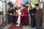 """Его Святейшество Далай-лама перерезает ленточку на открытии интерната для социально-неблагополучных детей, созданного благотворительной организацией """"Тонг-лен Траст"""" при финансовой поддержке Доверительного фонда Далай-ламы. Дхарамсала, Индия. 19 ноября 2011. Фото: Choyang"""