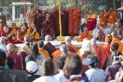 Его Святейшество Далай-лама во время межрелигиозного молебна в Ганди Смирти. Нью-Дели, Индия. 30 ноября 2011. Фото: Тензин Чойджор (Офис ЕСДЛ)