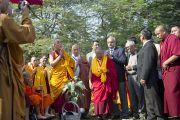 Его Святейшество Далай-лама во время церемонии высаживания деревьев в парке Неру. Нью-Дели, Индия. 30 ноября 2011. Фото: Тензин Чойджор (Офис ЕСДЛ)