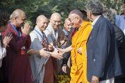 Его Святейшество Далай-лама здоровается с лидерами разных религиозных традиций перед началом межрелигиозного молебна в Ганди Смирти. Нью-Дели, Индия. 30 ноября 2011. Фото: Тензин Чойджор (Офис ЕСДЛ)